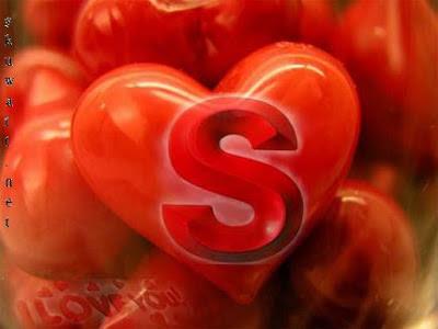قلوب حمراء مكتوب عليها حروف