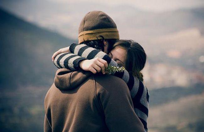 صورة عناق الزوج لزوجته في المنام , تفسير حلم حضن الرجل لزوجته