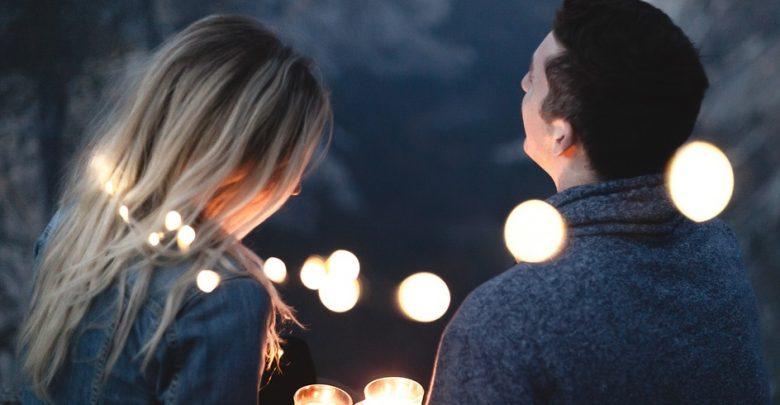 صورة كيف تعرف من يحبك من كلامه , تصرفات تؤكد انه يحبك من طريقه حديثه